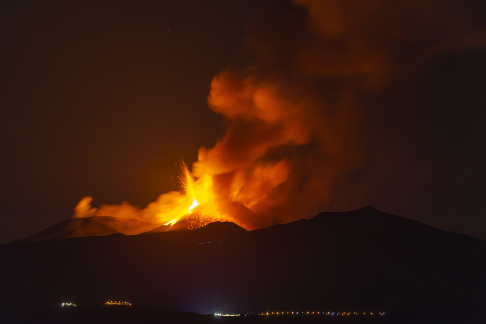 Seit Februar 2021 ist der Vulkan Ätna auf der italienischen Insel Sizilien wiederholte Male ausgebrochen.