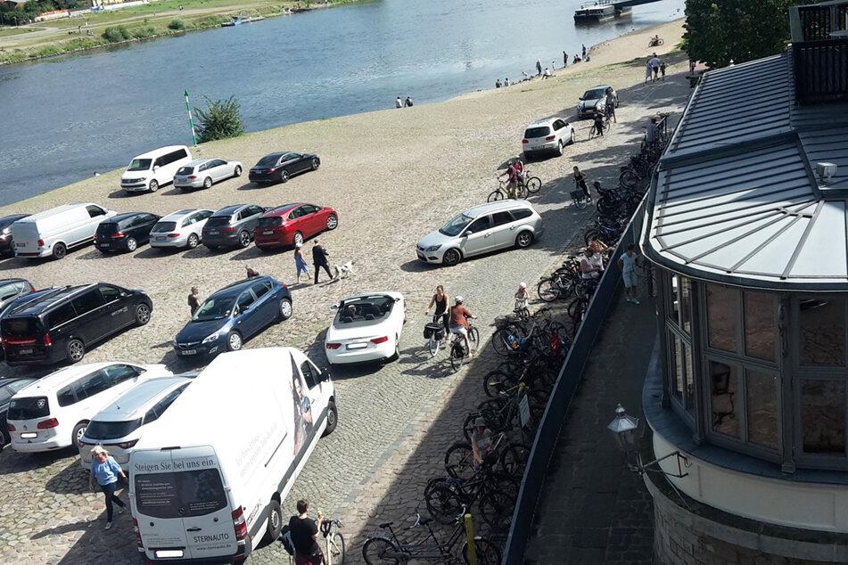 Nicht nur Parkende sind ein Risiko für die Radler, vor allem die Parkplatzsuchenden stellen eine Gefahr dar.