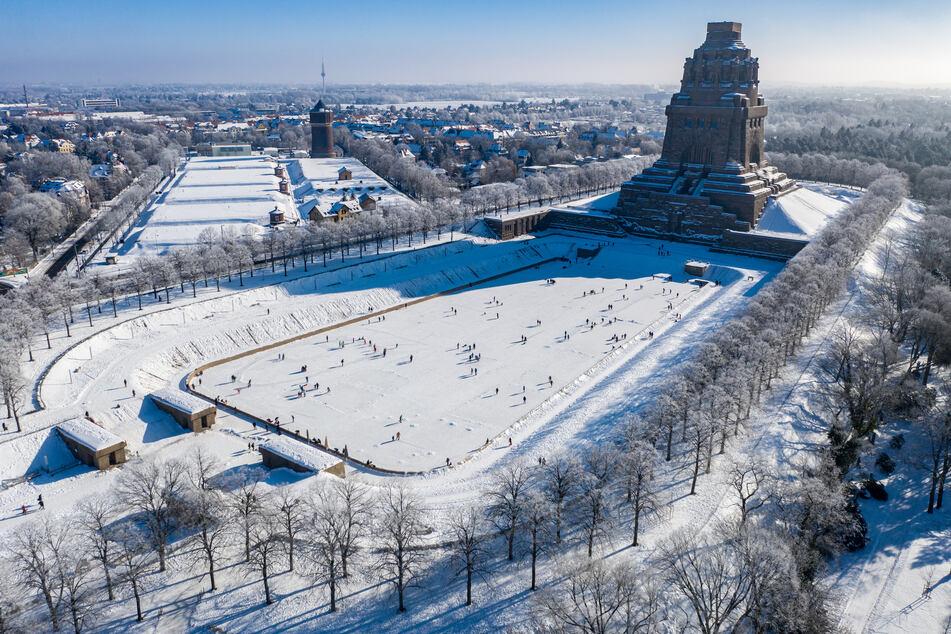 Schlittschuhfahren vor dem Völkerschlachtdenkmal kann man künftig auch wieder nachts - zumindest theoretisch. Leipzig hebt die zwischen 22 und 6 Uhr geltende Ausgangssperre auf.