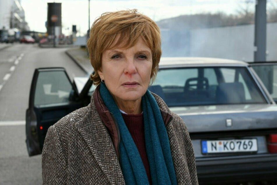 Kommissarin Lucas (Ulrike Kriener, 65) ermittelt nun in Nürnberg und bekam es sogleich mit einer Leiche im Kofferraum zu tun.