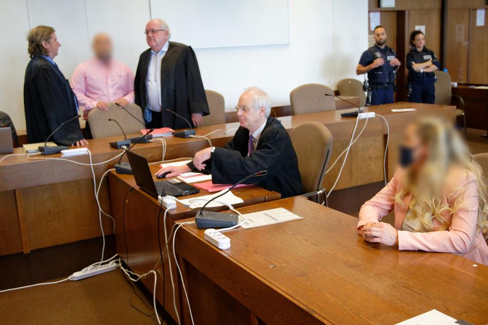 """Die Angeklagten, der frühere Anführer der Kölner """"Bandidos""""(2.v.l) und dessen Ehefrau (r) warten mit ihren Anwälten in einem Gerichtsaal im Landgericht."""