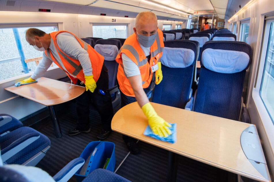 Niedersachsen, Hannover: Mitarbeiter der Deutschen Bahn reinigen in einem Betriebshof einen ICE. Neben der täglichen Reinigung werden die ICE auch regelmäßig einer besonders gründlichen Grundreinigung unterzogen.