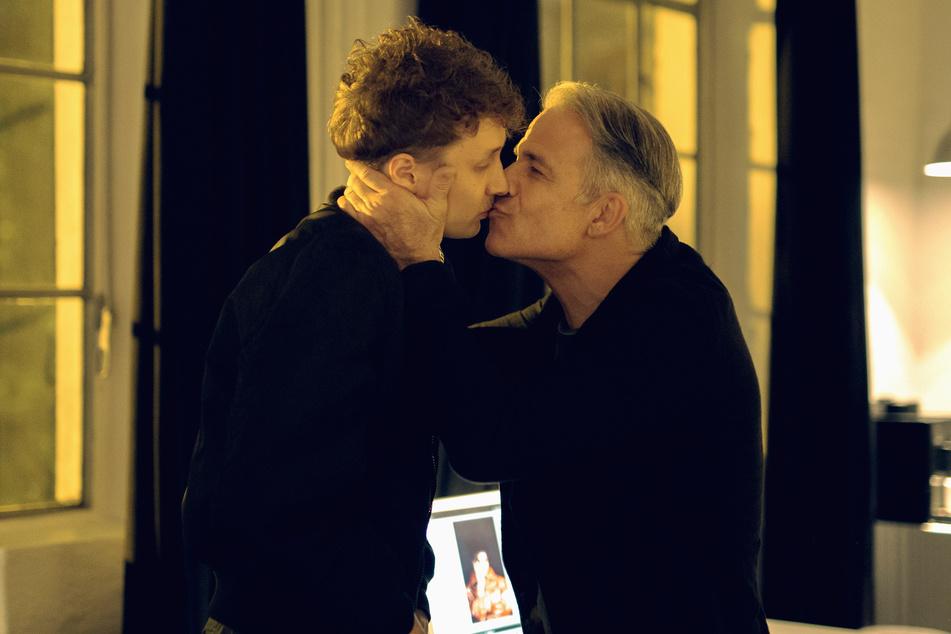 Sexuelle Belästigung - oder ganz harmlos? Mike (Julius Feldmeier) bekommt einen Kuss von seinem Chef Rainer (Karsten Speck).