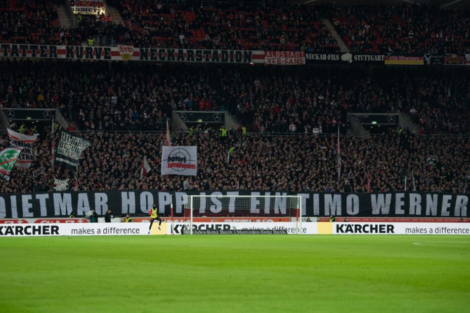 Auch für diese Plakate bei der Partie des VfB Stuttgart gegen Arminia Bielefeld waren Ultras verantwortlich.