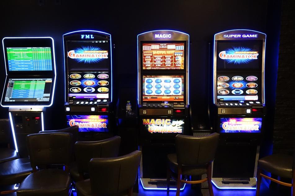 Die Ermittler haben bei der Razzia Spielautomaten, -Tische und allerlei -Zubehör sichergestellt.