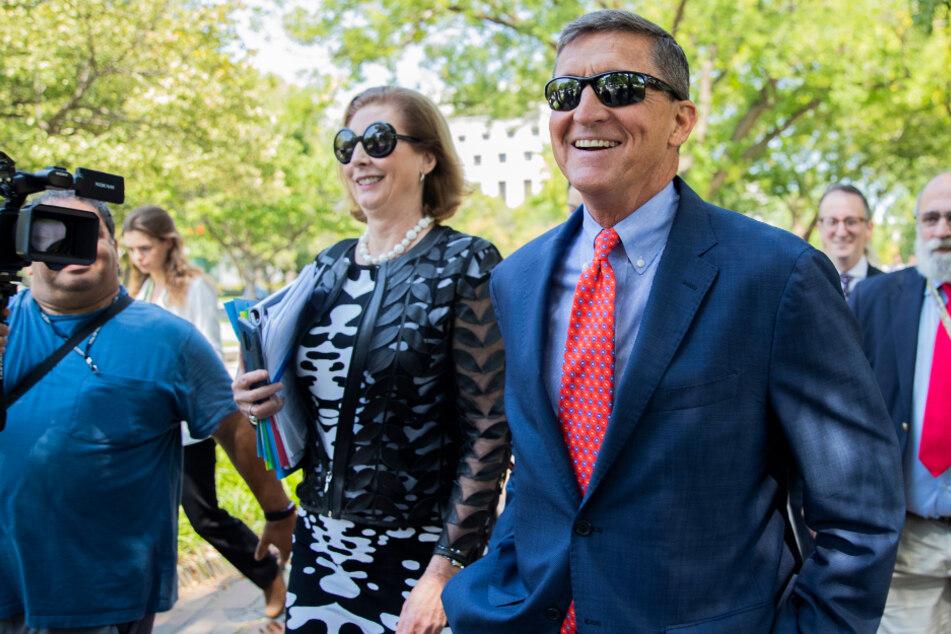 Anwältin Sidney Powell (M.) zusammen mit dem ehemaligen US-Sicherheitsberater Michael Flynn.