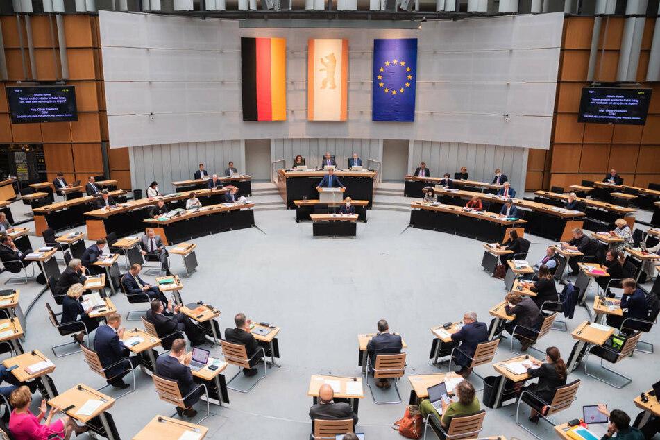Das Berliner Abgeordnetenhaus bei einer Plenarsitzung. Am Donnerstag debattieren die Mitglieder unter anderem über weitere Hilfe für afghanische Ortskräfte und die Enteignung großer Immobilienunternehmen. (Archivfoto)