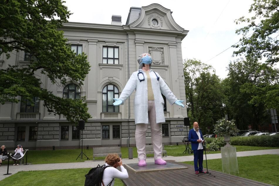 """Die Statue """"Mediziner für die Welt"""" des Bildhauers Aigars Bikse (re.)."""