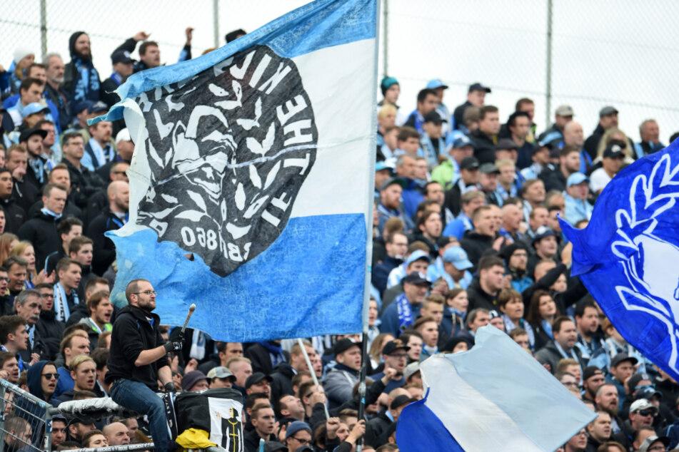 Vor Corona: Löwen-Fans stehen im Grünwalder Stadion im Block. (Archiv)