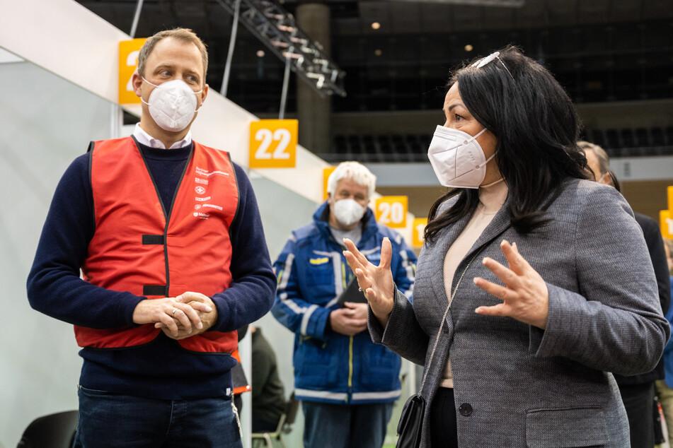 Gesundheitssenatorin Dilek Kalayci (SPD) und Mario Czaja, ehrenamtlicher Präsident des Deutschen Roten Kreuzes (DRK) in Berlin und Berliner CDU-Abgeordneter, im geplanten Impfzentrum im Velodrom.