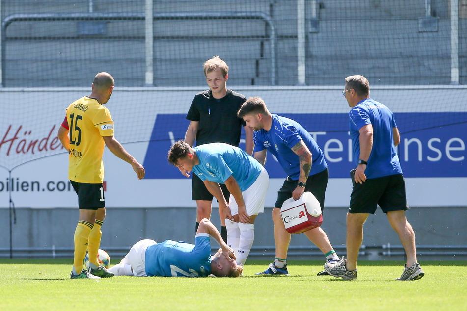1. August 2020: Robert Zickert liegt am Boden, hat sich im Testspiel gegen die SpVgg Bayreuth eine schwere Verletzung des linken Knies zugezogen.