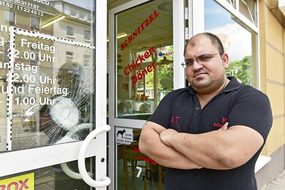 Dönerimbiss-Inhaber Erdal T. (34) vor seiner zersplitterten Eingangstür.