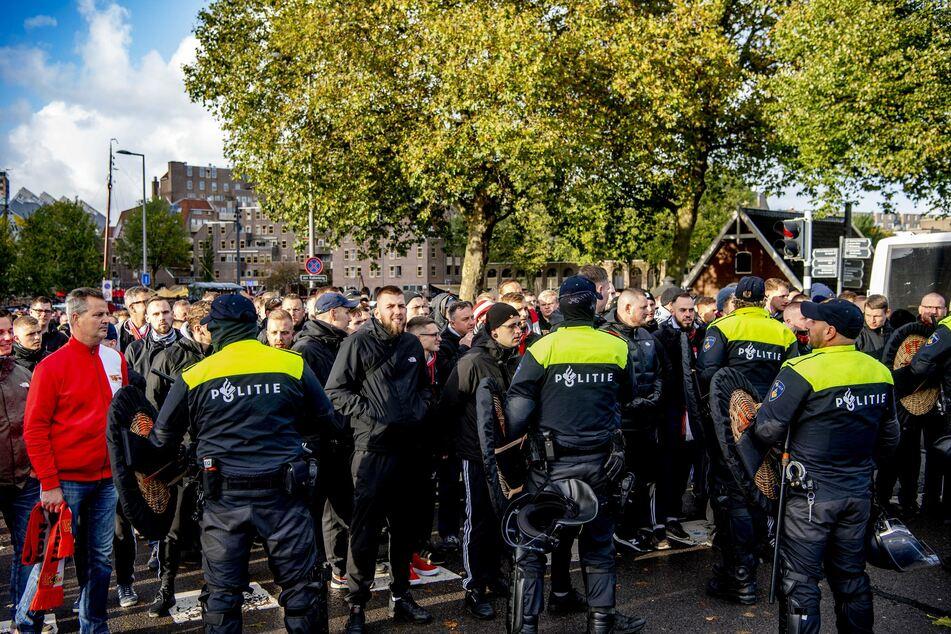 Etliche Fans wurden nicht ins Stadion gelassen, später kam es zu Gewaltszenen zwischen Polizei und Fans.