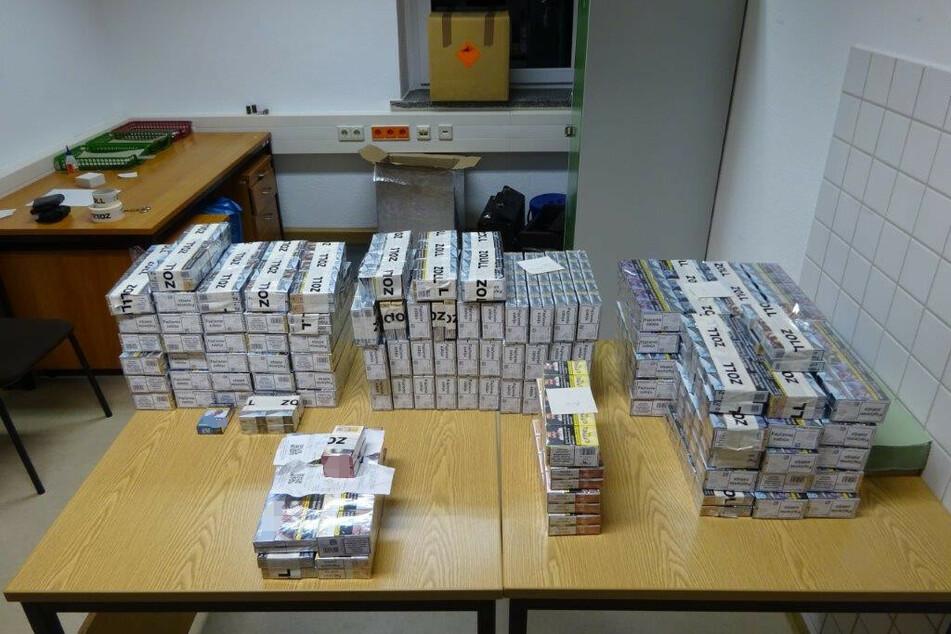 Über 21.600 Kippen! Zoll schnappt Zigaretten-Schmuggler in Sachsen
