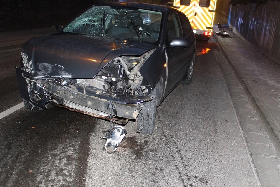 In Troisdorf ist ein 22-jähriger Autofahrer am Donnerstagmorgen frontal gegen die Stützmauer einer Eisenbahnüberführung geknallt. Er gab als Ursache Glätte an.