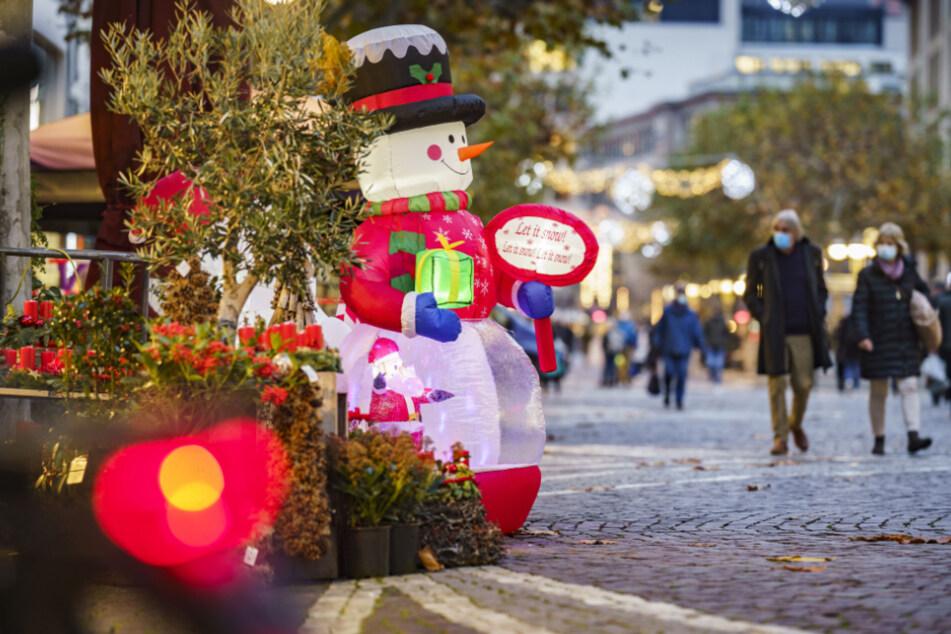 """Für ein wenig weihnachtliche Atmosphäre sorgt auf der Frankfurter """"Fressgass"""" ein aufblasbarer Schneemann."""