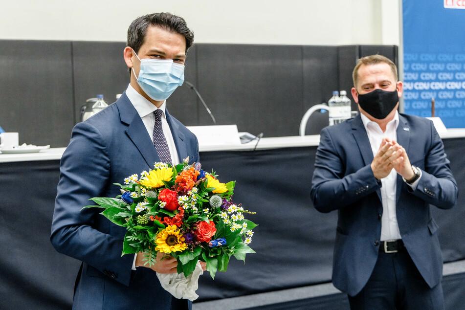 Christoph Ploß (35, CDU, l.) nimmt auf dem Landesparteitag der CDU Hamburg neben seinem Vorgänger Roland Heintze (47, CDU) den Applaus zu seiner Wahl entgegen.