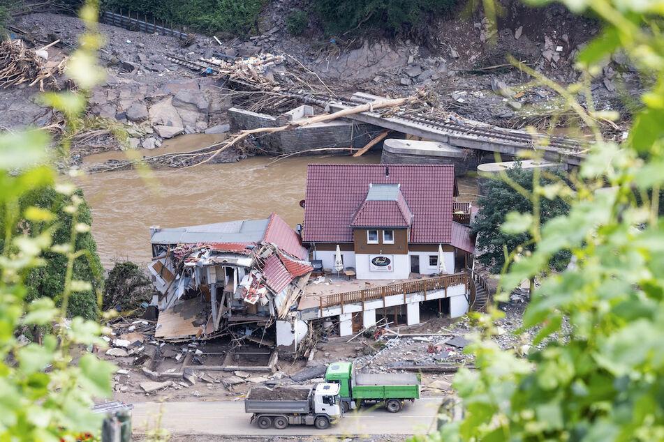 In Marienthal an der Ahr hat das Wasser die Eisenbahnschienen, Brücken und Häuser zerstört.