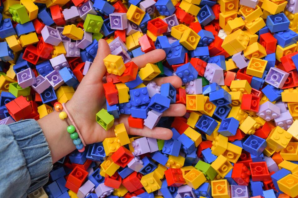 Viele verbinden mit Lego eine kreative, bunte Spielwelt für Kinder und Jugendliche. Doch das positive Image der dänischen Spielzeugfirma hat in den vergangenen Monaten wegen rechtlicher Klagen vor allem im Internet massiv gelitten.
