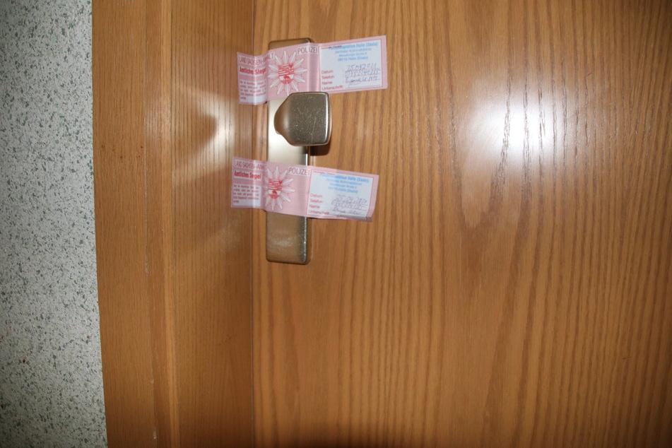 Die Kripo hat die Wohnungstür des Ehepaars versiegelt.