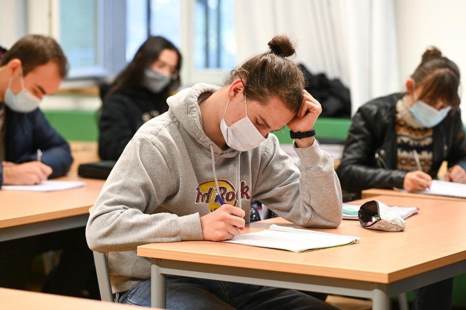 In einigen Schulen gibt es wie hier in Ravensburg auch eine Maskenpflicht beim Unterricht.