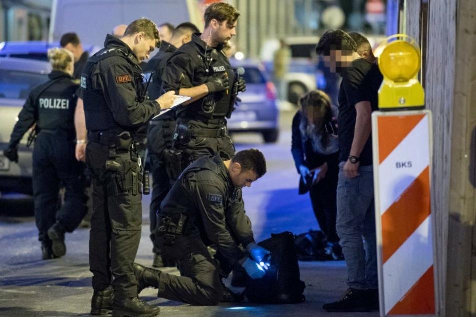 Polizisten bei einer groß angelegten Razzia im Frankfurter Bahnhofsviertel 2018. (Foto: Boris Roessler/dpa)