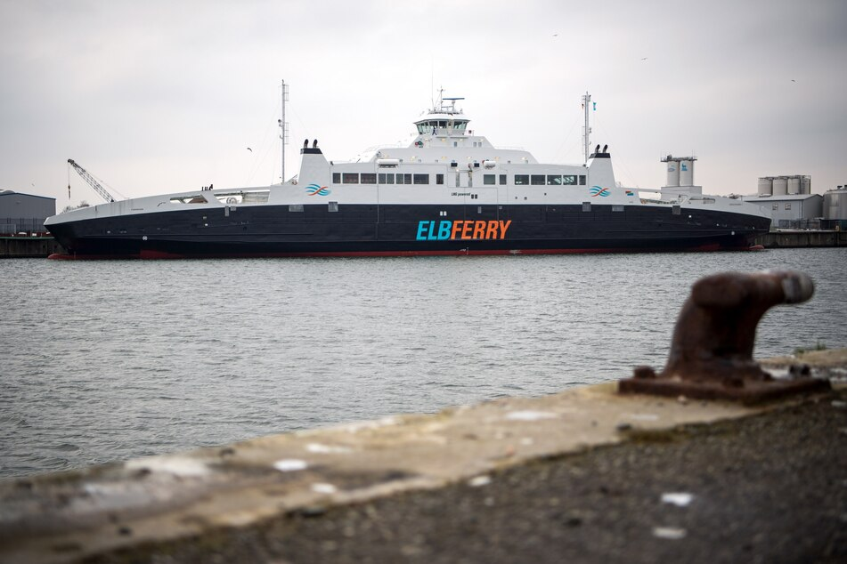 """Das Fährschiff """"Greenferry I"""" wird im Hafen für den geplanten Fährbetrieb zwischen Cuxhaven-Brunsbüttel fit gemacht."""