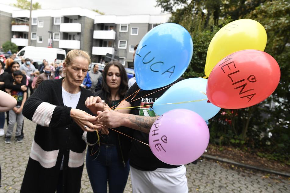 Nachbarn brachten im September 2020 als Ausdruck ihrer Trauer fünf Luftballons mit den Namen der fünf getöteten Kinder vor das Haus der Familie.