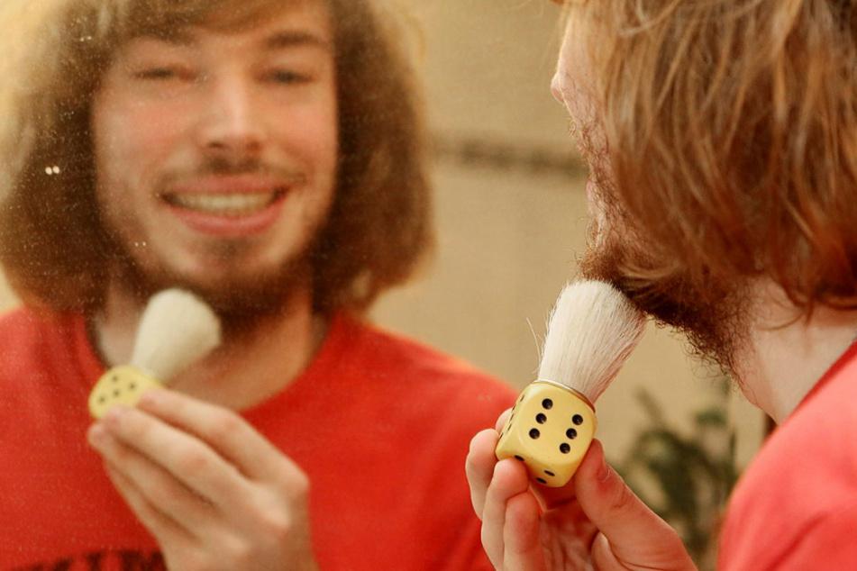 Jakob Gloger (29) sammelt Würfel. Dieser Würfel in seiner Hand erregt als Rasierpinsel Aufsehen.