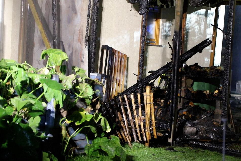 Der Carport, der zu einem Einfamilienhaus gehörte, brannte vollständig nieder.