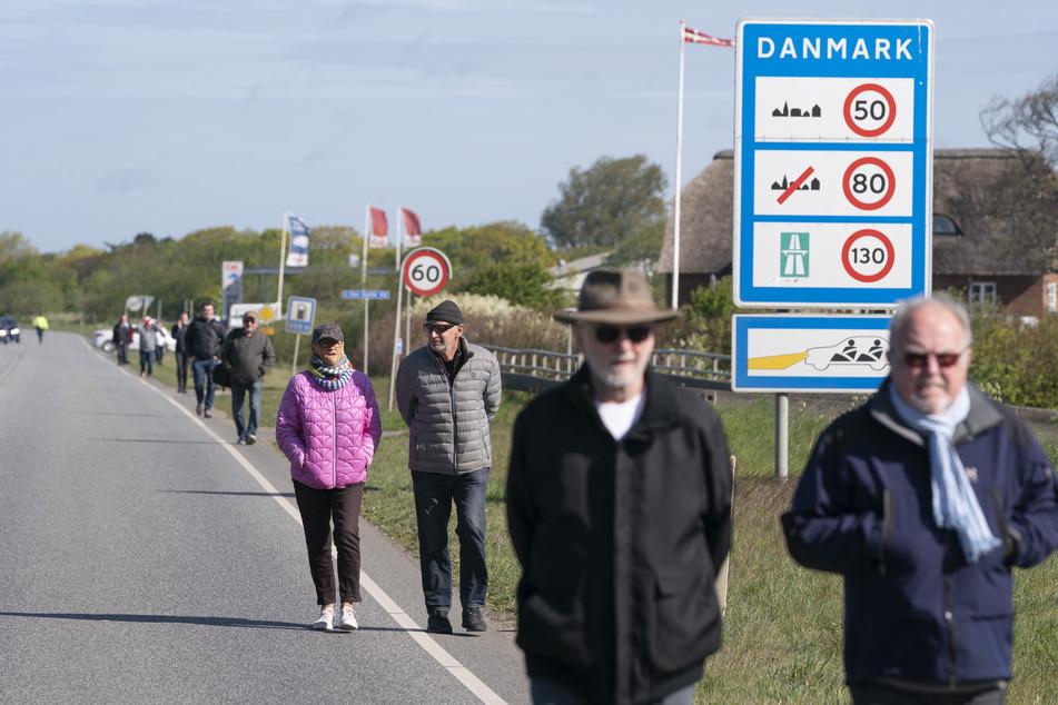 Menschen demonstrieren am Grenzübergang Saed in Dänemark für die Öffnung der Grenze zwischen Dänemark und Deutschland.