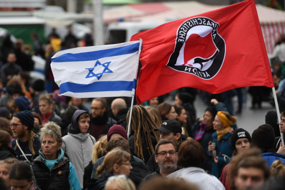 Halle am 11. Oktober 2019: Nach dem Angriff eines Rechtsextremisten vor einer Synagoge sind Demonstranten auf der Straße. Dabei auch präsent: die Fahne der Antifa.