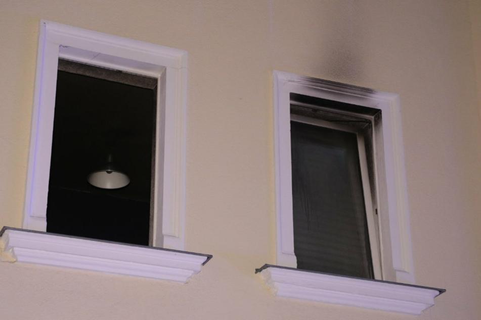Deutliche Rußspuren sind am Fenster zu sehen.