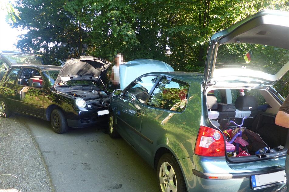 Die beiden Autos sind in einer Kurve frontal gegeneinander gekracht und mussten nach dem Unfall abgeschleppt werden.
