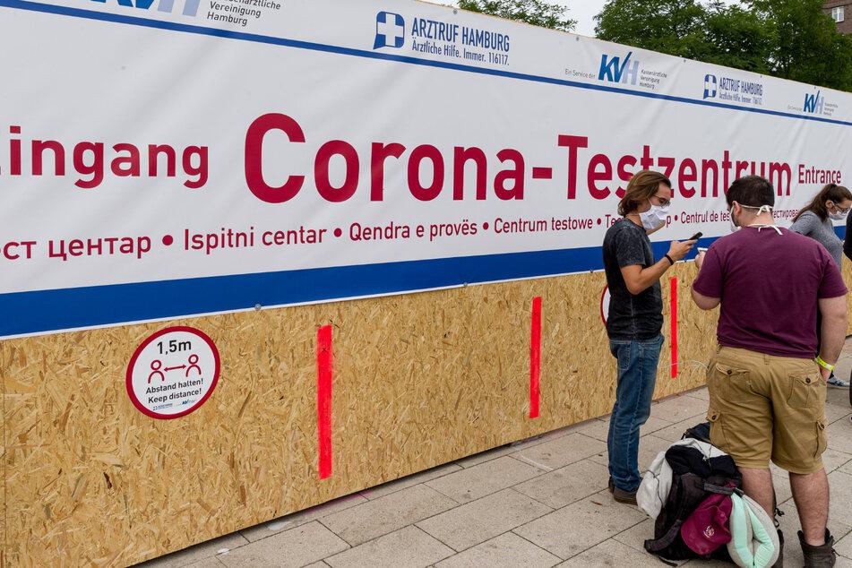 Ein Schriftzug weist zum Eingang des neuen Corona-Testzentrums der Kassenärztlichen Vereinigung am Hauptbahnhof hin, in dem Reiserückkehrer sich testen lassen können.