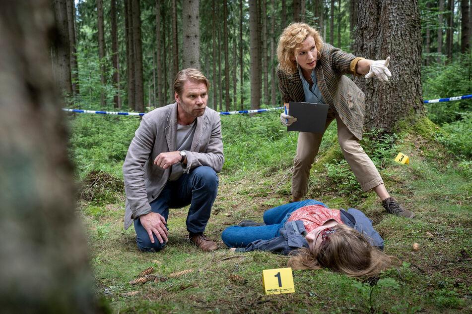 Zu beginn des Film wird eine junge Frau tot im Wald gefunden (v.l. Kai Scheve, Adina Vetter und Odine Johne)