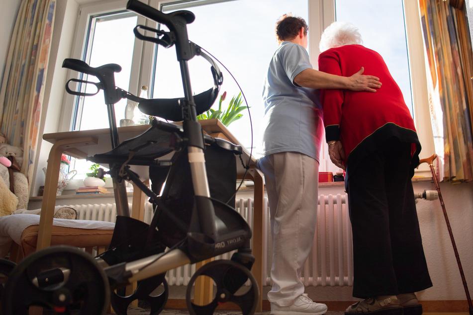 Eine Pflegerin (l.) und eine Bewohnerin des Pflegeheims.
