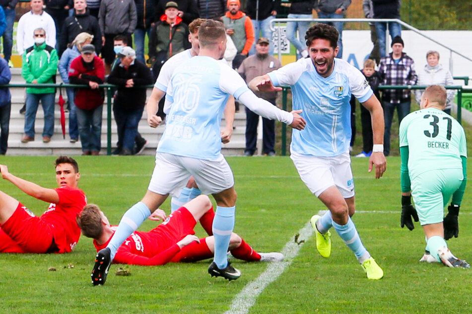 Andis Shala (2.v.r.) jubelt mit Kevin Freiberger über sein erstes Tor für den Chemnitzer FC.