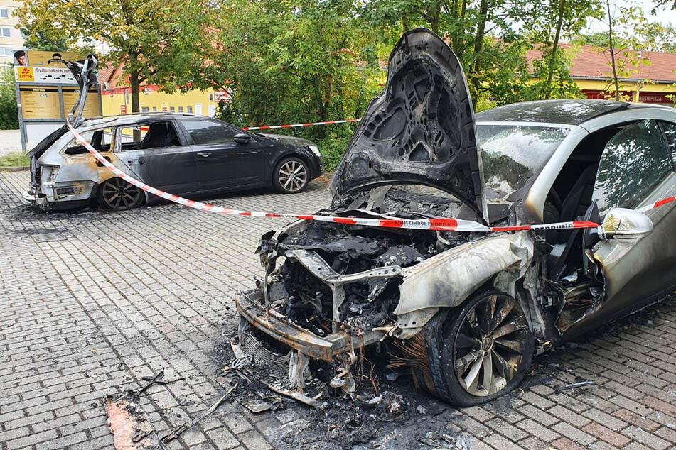 Beide wurden vollkommen zerstört. Die Polizei hat die Ermittlungen aufgenommen.