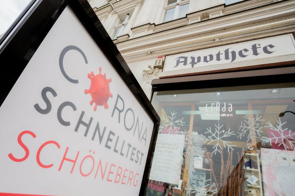 Ein Corona-Schnelltest-Schild steht vor einer Apotheke im Stadtteil Schöneberg, wo Corona-Schnelltests angeboten werden.