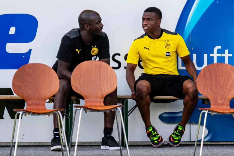 Youssoufa Moukoko (r.), hier im Gespräch mit Dortmunds Talent Manager Otto Addo, durfte die Vorbereitung mit den Profis absolvieren.