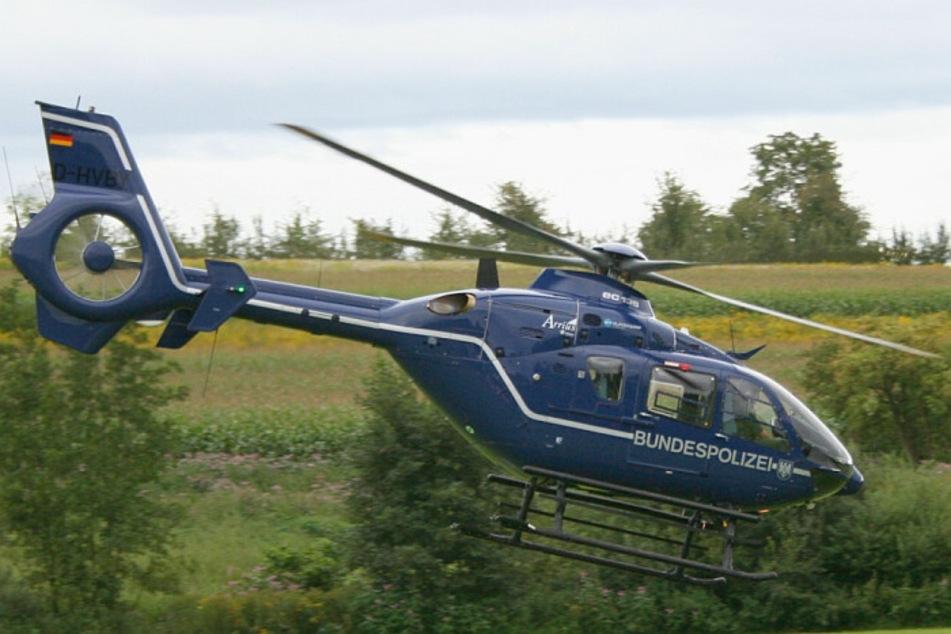 Mit einem Hubschrauber suchte die Bundespolizei die Bahngleise ab. (Symbolbild)