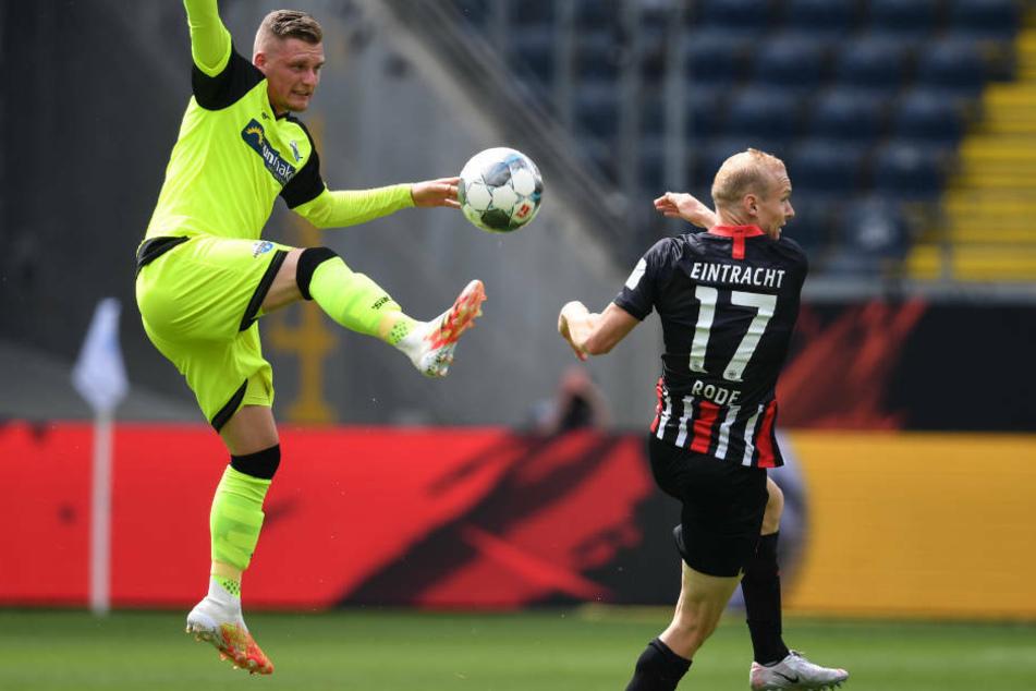 Paderborns Marlon Ritter (l) schlägt den Ball vor Frankfurts Sebastian Rode weg. Der Absteiger verabschiedete sich ehrenhaft aus der Bundesliga.