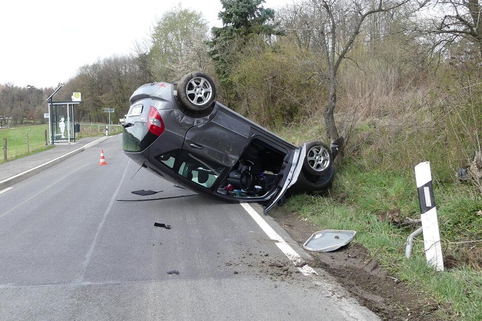 Senior überfährt Verkehrsschilder, rammt Baum und überschlägt sich