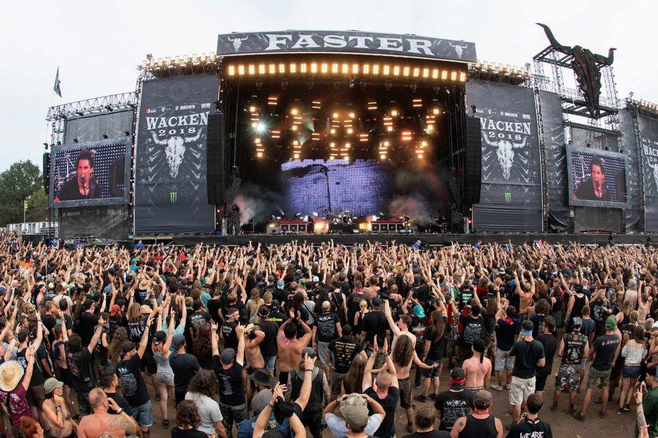 Zahlreiche Festivalbesucher stehen vor einer der Hauptbühnen des Wacken Open Air Festivals.