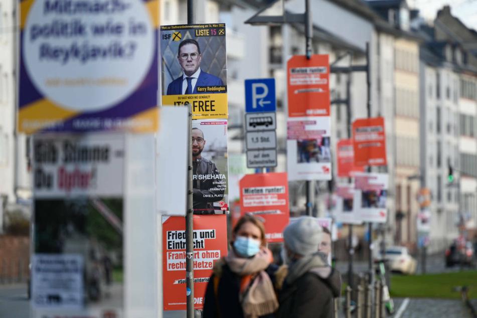 Wahlplakate verschiedener Parteien sind an Laternenmasten in der Frankfurter Innenstadt angebracht.