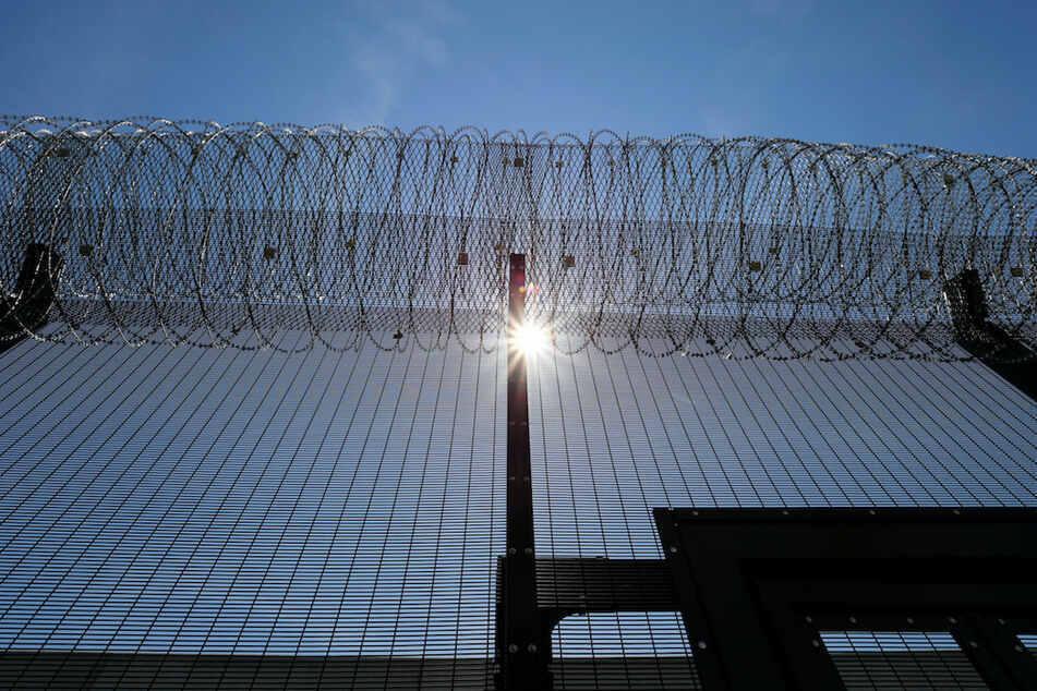 Fünf Insassen flohen aus einem Gefängnisgebäude in den USA. Dabei sperrten sie einen Wärter ein. (Symbolbild)