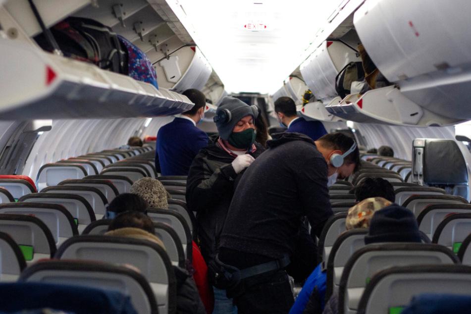Im Flugzeug herrscht Maskenpflicht.