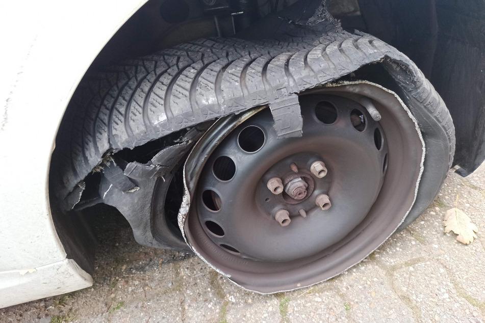 Durch die Kollision mit einem Bordstein wurde ein Reifen des Fiats zerfetzt.