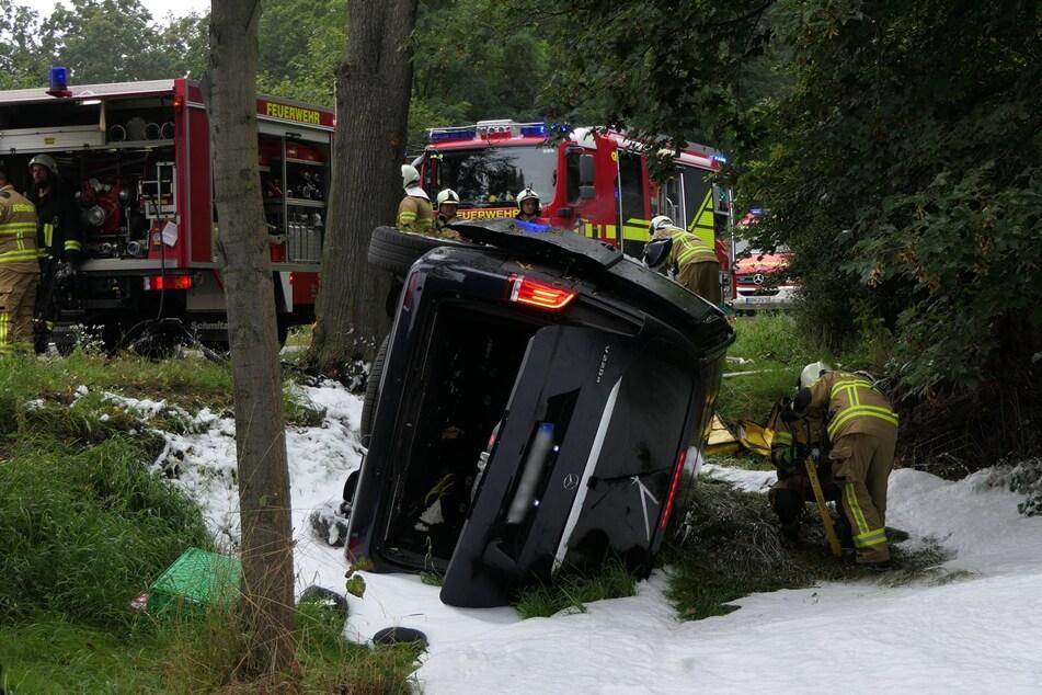 Der verunfallte Mercedes blieb im Straßengraben auf der Seite liegen.